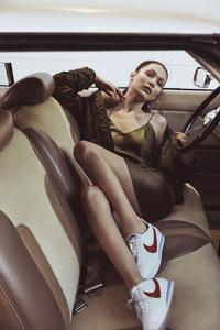 360x640 Bella Hadid 4K Nike