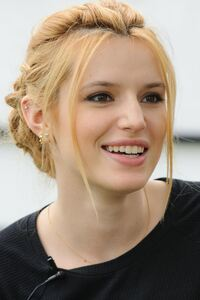 320x480 Bella Thorne Actress