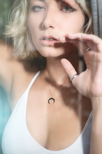 320x568 Blonde Girl Closeup Portrait 4k