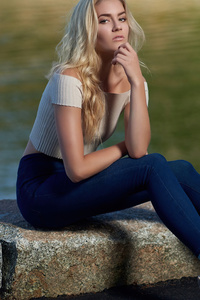 Blonde Girl Model Sitting Chin 4k