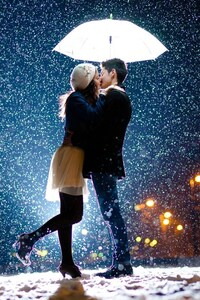 1242x2688 Couple Kiss In Snow