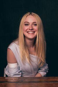 240x320 Dakota Fanning Cute Smile