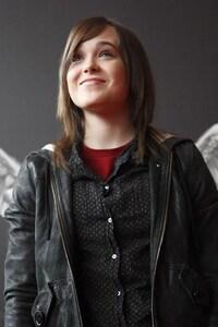 1440x2560 Ellen Page Smiling