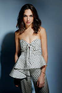 640x1136 Gal Gadot Photo
