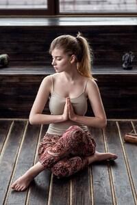 320x568 Girl Meditating