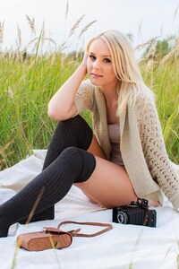 320x568 Girl On Picnic