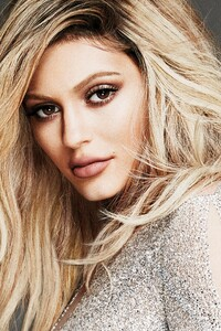 Kylie Jenner Elle Canada 2018