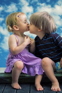640x1136 Little Boy Little Girl Cute Kiss
