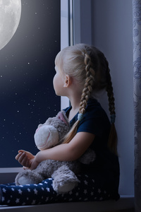 480x800 Little Girl Sadly Out Of A Window With A Teddy Bear
