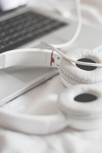 720x1280 Macbook Beats Headphones