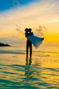 540x960 Man Carrying A Women On Sea Shore 4k
