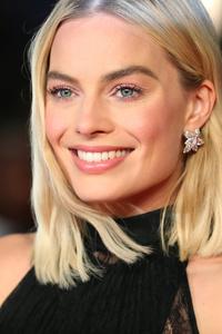640x1136 Margot Robbie Smiling 2018