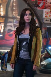 320x480 Megan Fox In TMNT 2