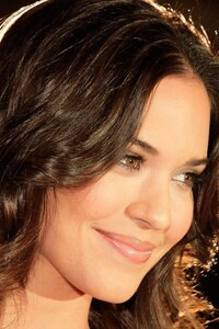320x568 Odette Annable Smiling