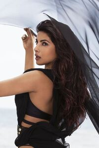 480x854 Priyanka Chopra Black Dress