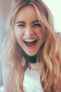 320x480 Sabrina Carpenter Cute Smiling 2020 4k