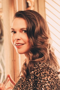 2160x3840 Sutton Foster Caitlin McNaney Photoshoot