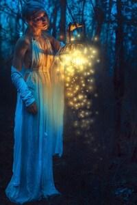 1125x2436 Women With Lantern